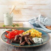 """🤤 Ein tolles und einfaches Gericht: Rindfleischstreifen mit Paprika und rotem Reis.  Es eignet sich perfekt als Meal Prep für dein Lunch im Büro oder für ein gemütliches Abendessen mit der Family oder Freunden.  Du brauchts:  🥩 Rindersteaks 🥩 gemischte Kräuter 🥩 Naturjoghurt  🥩 Limettensaft 🥩 Salz + Pfeffer 🥩 Knoblauchzehe 🥩 Zwiebeln + Tomaten 🥩 Olivenöl + Rinderbrühe 🥩 Langkornreis + Erbsen 🥩 Paprikamark + Paprikaschoten  Guten Hunger 🤗 Das Rezept findest du in unserer Story und dem Highlight """"Fleisch"""".🔝 • • • #rindersteak #paprika #reis #monsieurcuisineoriginal #monsieurcuisineeditionplus #monsieurcuisineconnect #monsieurcuisine #monsieurcuisinerezept #monsieurcuisinerezepte #zaubertopf #foodstagram #foodgasm #foodspiration #gemüse #rezepte #leckerschmecker #recipes #foodlover #dynamischmitmc #soulfood #neuesrezept #essenistliebe #selfmade #madewithlove #steak #meat #dinner #lunch #mealprep #steakstreifen """