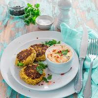 """🤩 Das ist eine richtig leckere Alternative zu den normalen Frikadellen: Bratlinge getoppt mit Ajvar-Quark-Dip. Mit deinem Monsieur Cuisine ist das Gemüse für die Bratlinge auch rucki zucki klein geschnitten. 😜 Damit die Masse nicht zu flüssig wird, solltet ihr das kleingeschnittene Gemüse anschließend mithilfe eines Küchentuchs sehr gut ausdrücken. So gelingen die Veggie-Bratlinge auf jeden Fall. 🙌  Ihr braucht: 💚 Petersilie + Zitronensaft 💚 Knobi + Zwiebel 💚 Ajvar + Magerquark 💚 Salz + Pfeffer 💚 Blumenkohl 💚 Zucchini 💚 Karotten 💚 Sonnenblumenkerne 💚 Haferflocken, kernig 💚 Eier + Rapsöl  Das Rezept findet ihr auch in der aktuellen Ausgabe vom Monsieur Cuisine Magazin von mein ZauberTopf und natürlich in unserer Story und dem Highlight """"MC & ZauberTopf"""".🔝 • • • #bratlinge #veggie #monsieurcuisineoriginal #monsieurcuisineeditionplus #monsieurcuisineconnect #monsieurcuisine #monsieurcuisinerezept #monsieurcuisinerezepte #zaubertopf #foodstagram #foodgasm #foodspiration #gemüse #rezepte #leckerschmecker #recipes #foodlover #dynamischmitmc #lecker #soulfood #neuesrezept #essenistliebe #vegetarisch #sommer #ajvar #gemüsefrikadelle #veggielover #healthyfood"""