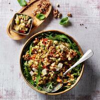 """Ein Salat, den du probiert haben musst: Mediterraner Zucchinisalat. 👌 Der perfekte Sommersalat für dein Mittagessen. Das Beste ist, er schmeckt auch noch am nächsten Tag, sofern dann noch etwas übrig ist. 😜  Ihr braucht: 💚 Walnusskerne 💚 Olivenöl + Basilikum  💚 Zwiebeln + Knoblauchzehe 💚 Zucchini + getrocknete Tomaten  💚 Balsamico-Essig 💚 Mozzarella 💚 Meersalz + Pfeffer 💚 Rucola-Blattsalat-Mix  Der Zucchinisalat eignet sich auch super als Beilage zu Fisch oder Fleisch. 🤤 Das Rezept findest du in unserer Story und in unserem Highlight """"Veggie"""".🔝 • • • #zucchinisalat #mediterran #monsieurcuisineoriginal #monsieurcuisineeditionplus #monsieurcuisineconnect #monsieurcuisine #monsieurcuisinerezept #monsieurcuisinerezepte #foodstagram #foodgasm #foodspiration #veggie #grillen #rezepte #leckerschmecker #recipes #foodlover #lecker #soulfood #neuesrezept #essenistliebe #vegetarisch #selfmade #healthy #walnuss #sommer #lunch #bbq #salad"""