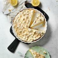 """Was bringt euch an einem Montag zum Grinsen? Bei uns ist es die Freude auf ein Stück von dieser leckeren Tarte au citron. 🤗 Eine traumhaft leckere Sünde aus Frankreich, die im Sommer einfach nicht fehlen darf. 🤤   Für den Teig: 🍋 Mehl + Zucker 🍋 Salz + Butter  Für die Füllung: 🍋 Zitronen  🍋 Zucker + Vanillezucker 🍋 Mehl + Eier  Für das Baiser: 🍋 Eiweiß + Salz 🍋 Zucker  Wir sind im Zitronenhimmel und ihr so? Das Rezept findet ihr in unserer Story und in unserem Highlight """"Kuchen"""".🔝 • • • #zitronentarte #frankreich #monsieurcuisineoriginal #monsieurcuisineeditionplus #monsieurcuisineconnect #monsieurcuisine #monsieurcuisinerezept #monsieurcuisinerezepte #foodstagram #foodgasm #foodspiration #veggie #rezepte #leckerschmecker #recipes #foodlover #lecker #soulfood #tarte #essenistliebe #vegetarisch #selfmade #tarteaucitron #sommer #backen #cakelover #backenistliebe #kuchen #zitrone #bakingtime"""