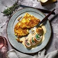 """Ein Gericht, welches auch von Oma sein könnte: Rahm-Kalbsrouladen mit Rösti.💕 Kaum aufgetischt sind sie schon wieder verputzt.  Ihr braucht: Für die Rösti: 🥔 Kartoffeln + Salz 🥔 Kümmel + Pfeffer 🥔 Butterschmalz  Für die Rahm-Kalbsrouladen: 🥩 Wirsingblätter 🥩 Kalbsrouladen 🥩 Salz + Pfeffer 🥩 Butterschmalz 🥩 Kalbsfond + Thymian 🥩 Sahne + Zitronensaft 🥩 Muskat + Speisestärke  Einen wunderbaren Start in die Woche & lasst es euch schmecken! 🤩 Das Rezept findet ihr in unserer Story und dem Highlight """"Fleisch"""".🔝 • • • #rahmkalbsrouladen #rösti #monsieurcuisineoriginal #monsieurcuisineeditionplus #monsieurcuisineconnect #monsieurcuisine #monsieurcuisinerezept #monsieurcuisinerezepte #zaubertopf #foodstagram #foodgasm #foodspiration #fleisch #rezepte #leckerschmecker #recipes #foodlover #dynamischmitmc #hausmannskost #neuesrezept #essenistliebe #selfmade #madewithlove #rouladen #futternbeimuttern #meat #kartoffelrösti #röstirezept #soulfood #heimatessen"""