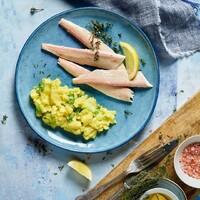 """So gesund und sogar in nur 30 Minuten zubereitet: Forelle mit Kartoffel-Gurken-Gemüse. Zitronen und Thymian geben der Forelle die perfekte Note und passen so bestens zu dem frischen Gemüse. 🤩  Ihr braucht:  🐟 festkochende Kartoffeln 🐟 Salz + Pfeffer 🐟 küchenfertig ausgenommene Forellen 🐟 Zitrone + Thymian 🐟 Salatgurken + Senf 🐟 Frühlingszwiebeln 🐟 Schnittlauch 🐟 Gemüsebrühepulver 🐟 Olivenöl + Weißweinessig  Wir wünschen Euch einen guten Appetit und einen schönen Dienstagabend! Das Rezept findet ihr in unserer Story und dem Highlight """"Fisch"""".🔝 • • • #forelle #kartoffel #gurke #monsieurcuisineoriginal #monsieurcuisineeditionplus #monsieurcuisineconnect #monsieurcuisine #monsieurcuisinerezept #monsieurcuisinerezepte #zaubertopf #foodstagram #foodgasm #foodspiration #gemüse #rezepte #leckerschmecker #recipes #foodlover #dynamischmitmc #soulfood #neuesrezept #essenistliebe #selfmade #madewithlove #healthyfood #fish #fisch #fishrecipe #dinner #lunch """
