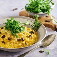 """Einfach mal zwei richtig gute Dinge in ein Rezept packen. Cremiges Risotto kombiniert mit herbstlichem Kürbis. 🎃Es schmeckt super gut und wärmt an kühlen Herbsttagen richtig durch. Hmmm 🤤  Ihr braucht: 🧀 Parmesan + Risottoreis 🧀 Hokkaidokürbis 🧀 Schalotten + Rosmarin 🧀 Olivenöl + Butter 🧀 Salz + Pfeffer 🧀 Gemüsebrühe 🧀 Muskat + Kürbiskerne 🧀 Rucola  Wir wünschen euch einen guten Appetit und ein tolles Wochenende. 🤩 Das Rezept findet ihr in unserer Story und dem Highlight """"Veggie"""".🔝 • • • #kürbis #kürbisrezept #monsieurcuisineoriginal #monsieurcuisineeditionplus #monsieurcuisineconnect #monsieurcuisine #monsieurcuisinerezept #monsieurcuisinerezepte #zaubertopf #foodstagram #foodgasm #foodspiration #gemüse #rezepte #leckerschmecker #recipes #foodlover #dynamischmitmc #lecker #soulfood #neuesrezept #essenistliebe #kürbisrisotto #risotto #käse #pumpkin #selfmade #madewithlove #herbst #autumn"""