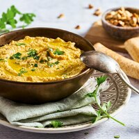 """Humus de calabaza oder Kürbishummus. Wir empfehlen: frisch zubereiten und direkt vernaschen. 😜 Der Hummus eignet sich perfekt als Brotaufstrich, als Topping zum Salat oder als Dip für Gemüsesticks. Der Abend auf der Couch ist damit gesichert. 😎  Ihr braucht:  🌱 Butternutkürbis 🌱 Öl + Salz 🌱 Kichererbsen 🌱 Tahin + Zitronensaft 🌱 Meersalz + Pfeffer 🌱 Kreuzkümmel 🌱 Olivenöl  Das Rezept findet ihr in unserer Story und dem Highlight """"Veggie"""".🔝 • • • #kürbis #hummus #monsieurcuisineoriginal #monsieurcuisineeditionplus #monsieurcuisineconnect #monsieurcuisine #monsieurcuisinerezept #monsieurcuisinerezepte #zaubertopf #foodstagram #foodgasm #foodspiration #gemüse #rezepte #leckerschmecker #recipes #foodlover #dynamischmitmc #lecker #soulfood #neuesrezept #essenistliebe #kürbishummus #humus #humusdecalabaza #pumpkin #selfmade #madewithlove #herbst #healthyfood"""