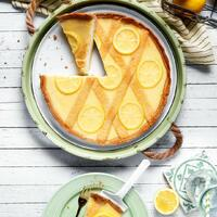 """Hoch die Hände Wochenende. 🥳 Ein Wochenende ohne Kuchen ist doch kein richtiges Wochenende. 😜 Probiert am besten unsere """"Crostata di ricotta e limone"""". Diese zitronige Köstlichkeit ist nicht nur lecker, sondern auch noch glutenfrei. 🤤  Ihr braucht: Für den Teig:  🧈 Zitrone 🧈 Butter + Zucker 🧈 Salz + Ei 🧈 glutenfreies Mehl 🧈 Flohsamenschalenpulver 🧈 Weinstein-Backpulver  Für die Füllung: 🥚 Eier + Zucker 🥚 Ricotta  Für den Belag: 🍋 Zitrone 🍋 Zucker 🍋 Tortenguss  Das Rezept findet ihr in unserer Story und in unserem Highlight """"Kuchen"""". 🔝 • • • #crostata #limone #monsieurcuisineoriginal #monsieurcuisineeditionplus #monsieurcuisineconnect #monsieurcuisine #monsieurcuisinerezept #monsieurcuisinerezepte #foodstagram #foodgasm #foodspiration #reis #tarte #rezepte #leckerschmecker #recipes #foodlover #lecker #soulfood #neuesrezept #essenistliebe #selfmade #kuchen #ricotta #cake #backenistliebe #sweets"""