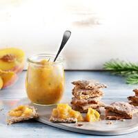 """Wie wäre es heute Abend mit einem selbst gemachten Snack? 🍬 Diese Cracker mit Pfirsichchutney schmecken am besten zum Feierabend auf Balkon und Terrasse oder auf dem Sofa zu einem guten Film. 😋  Für die Cracker:  🍘 Sonnenblumenkerne 🍘 Kürbiskerne 🍘 Leinsamen 🍘 Weizen-Vollkornmehl  🍘 Olivenöl + Salz   Für das Chutney: 🍑 Zwiebeln 🍑 Rosmarin 🍑 Olivenöl 🍑 Pfirsiche 🍑 Limettensaft 🍑 Salz  Viel Spaß beim Snacken! Das Rezept findest du in unserer Story und in unserem Highlight """"Veggie"""".🔝 • • • #cracker #neu #pfirsichchutney #monsieurcuisineoriginal #monsieurcuisineeditionplus #monsieurcuisineconnect #monsieurcuisine #monsieurcuisinerezept #monsieurcuisinerezepte #foodstagram #foodgasm #foodspiration #veggie #rezepte #leckerschmecker #recipes #foodlover #lecker #soulfood #neuesrezept #essenistliebe #vegetarisch #selfmade #healthy #chutney #snacks #sommer #rosmarin #mediterran #healthysnack"""