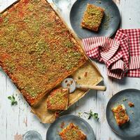 """Eine italienische Pizza muss den dünnsten Boden haben, aber nicht in Sizilien.🤏 Sfincione, die sizilianische Pizza kommt mit einem herzhaften Hefeteig daher und wird getoppt mit fruchtigen Tomaten, leckerem Käse und würzigen Sardellen. 😍  Für den Teig: 🍕 Mehl 🍕 frische Hefe 🍕 Salz  Für den Belag: 🍕 Brötchen vom Vortag 🍕 Oregano + Zwiebeln 🍕 Olivenöl + stückige Tomaten 🍕 Salz + Zucker + Pfeffer 🍕 Pecorino + Scamorza 🍕 Oliven + Sardellen  Sfincione schmeckt natürlich auch kalt am nächsten Tag. 😜 Das Rezept findet ihr in unserer Story und in unseren Highlights """"Veggie"""" und """"Fisch"""".🔝 • • • #sfincione #sizilien #pizza #monsieurcuisineoriginal #monsieurcuisineeditionplus #monsieurcuisineconnect #monsieurcuisine #monsieurcuisinerezept #monsieurcuisinerezepte #foodstagram #foodgasm #foodspiration #italy #rezepte #leckerschmecker #recipes #foodlover  #lecker #soulfood #neuesrezept #essenistliebe #italianfood #italia #pizzalover #hefeteig #pizza #pecorino #pizzasiciliana #sardellen #fisch"""