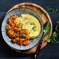 """Richtig cremige Polenta und dazu eine würzige Veggie-Bolognese aus Linsen. 🤤 So kann man in die Woche starten. Das ist ein perfektes Gericht für dein Meal Prep. Es schmeckt frisch zubereitet oder am nächsten Tag im Büro als Lunch. 🤩  Für die Linsenbolognese: 🥕 Petersilie + Möhren 🥕 Zwiebel + Knoblauch 🥕 Olivenöl + Gemüsebrühe 🥕 rote Linsen + stückige Tomaten 🥕 Frühlingszwiebeln 🥕 Sahne + Zucker 🥕 getrockneter Oregano 🥕 getrockneter Thymian 🥕 getrockneter Majoran 🥕 Salz + Pfeffer 🥕 Aceto balsamico  Für die Polenta: 🧀 Parmesan 🧀 Butter + Salz 🧀 Maisgrieß für Polenta  Das Rezept findest du in unserer Story und in unserem Highlight """"Veggie"""".🔝 • • • #polenta #neu #linsenbolo #monsieurcuisineoriginal #monsieurcuisineeditionplus #monsieurcuisineconnect #monsieurcuisine #monsieurcuisinerezept #monsieurcuisinerezepte #foodstagram #foodgasm #foodspiration #veggie #rezepte #leckerschmecker #recipes #foodlover #lecker #soulfood #neuesrezept #essenistliebe #vegetarisch #veggiebolognese #healthy #mealprep #lunch #selfmade #italien #maisgriess #linsenbolognese"""