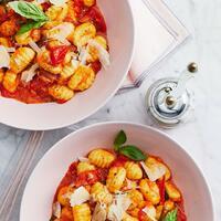 """Juhu, der Montag ist fast geschafft. 😎 Deshalb gönnen wir uns jetzt richtig leckere Tomatengnocchi aus der aktuellen Ausgabe Monsieur Cuisine von mein ZauberTopf. Superschnell gemacht und dazu auch noch superlecker.   Ihr braucht: 🍅 Zwiebel + Knoblauchzehe 🍅 Rosmarin 🍅 Olivenöl 🍅 Kirschtomaten 🍅 Basilikum (Blättchen) 🍅 Zucker + Salz 🍅 Gnocchi 🍅 schwarzer Pfeffer 🍅 Pecorino oder Parmesan  Es ist mediterran, wie ein bisschen Italien zu Hause und auch ein bisschen Sonne auf dem Teller.😍 Perfekt für einen gelungenen Feierabend. Lasst es euch schmecken! Das Rezept findet ihr auch in der aktuellen Ausgabe vom Monsieur Cuisine Magazin von mein ZauberTopf und natürlich in unserer Story und dem Highlight """"MC & ZauberTopf"""".🔝 • • • #gnocchi # tomatengnocchi #veggie #monsieurcuisineoriginal #monsieurcuisineeditionplus #monsieurcuisineconnect #monsieurcuisine #monsieurcuisinerezept #monsieurcuisinerezepte #zaubertopf #foodstagram #foodgasm #foodspiration #gemüse #rezepte #leckerschmecker #recipes #foodlover #dynamischmitmc #lecker #soulfood #neuesrezept #urlaub #essenistliebe #vegetarisch #spätsommer #italy #parmesan #veggielover #italianfood"""